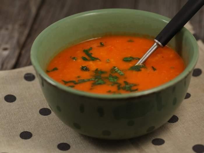 REȚETA ZILEI - DUMINICĂ: Supă de vară cu roșii și ardei copți, delicioasă pentru o duminică perfectă