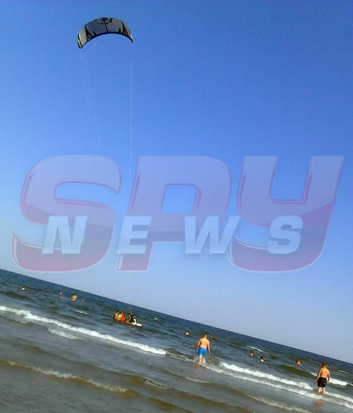 """VIDEO / La un pas să fie linşat, după ce a """"terorizat"""" zeci de copii, pe o plajă din Mamaia! Şmecherul a fugit cu coada între picioare"""