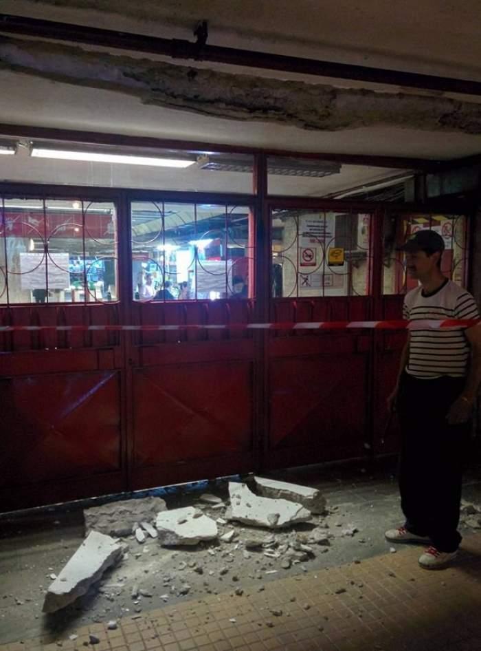 FOTO / Atenţie, cade tavanul! Sute de călători care circulă cu metroul, în pericol! O bucată de tencuială s-a prăbuşit la staţia Universitate