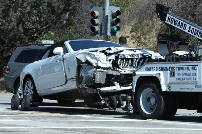 FOTO / O vedetă TV şi-a făcut maşina de LUX praf, după ce a lovit frontal un alt autoturism! Maşina a fost luată pe PLATFORMĂ
