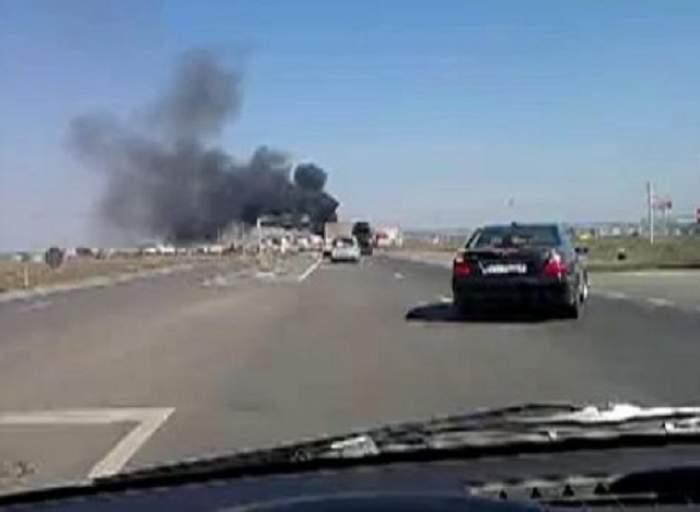 O mașină a luat foc pe Autostrada Soarelui la kilometrul 21 spre litoral! Vegetația din jur a fost cuprinsă de flăcări