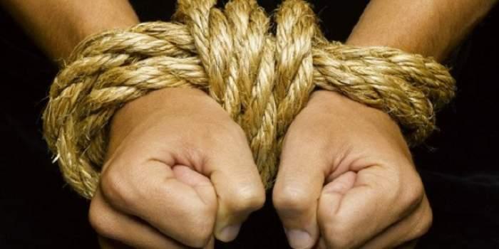 Clipe de groază pentru un bărbat! Omul a fost răpit, legat și bătut de fosta iubită
