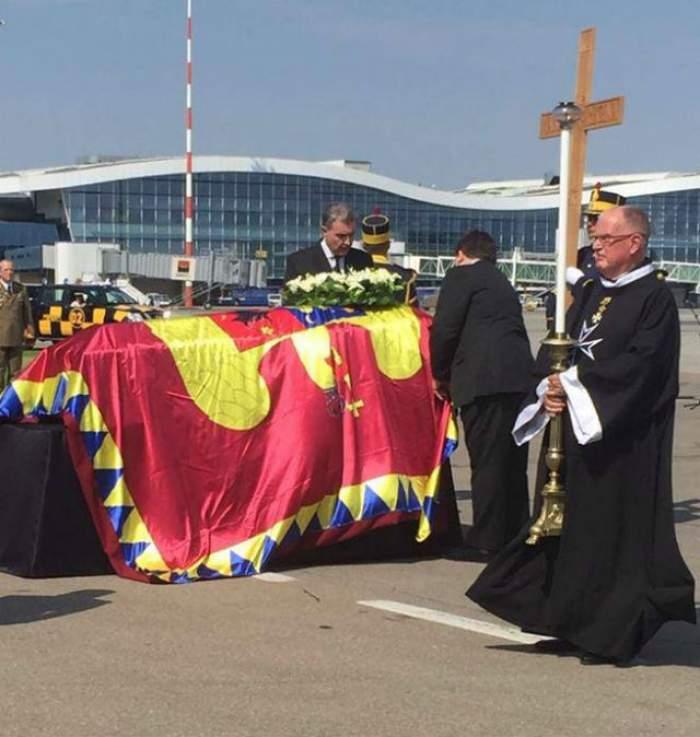 VIDEO & FOTO / Sicriul cu trupul neînsufleţit al Reginei Ana a fost adus în România