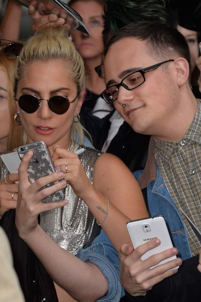 """FOTO / Sunt grasă, dar nu-mi pasă! Lady Gaga, cu """"şunculiţele"""" la vedere într-un outfit de """"centuristă"""""""