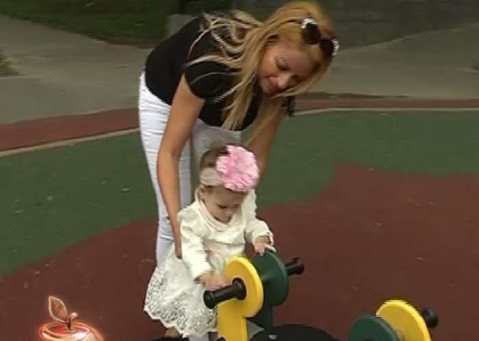 VIDEO / Sânziana Buruiană, momente de groază cu fetiţa în parc! Probleme complicate au apărut la o simplă plimbare