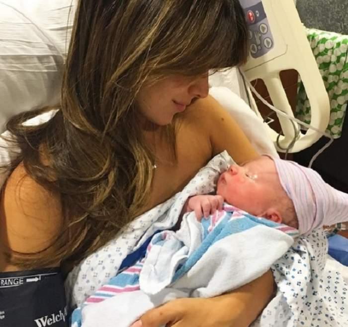 Alec Baldwin şi soţia sa, Hilaria, au devenit părinţi! Prima poză cu copilul