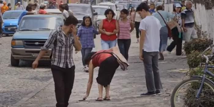 VIDEO / Au lăsat la întâmplare 100 de telefoane pe stradă pentru a testa onestitatea oamenilor! Ce s-a întâmplat e surprinzător