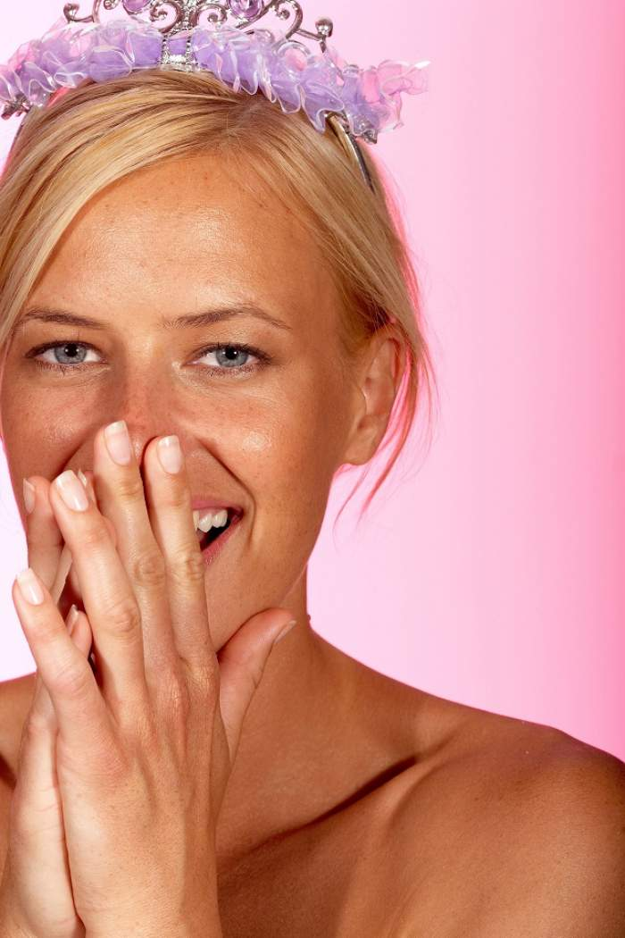 E atât de simplu, rapid şi ieftin! 10 trucuri care te ajută să ai unghii puternice şi sănătoase!