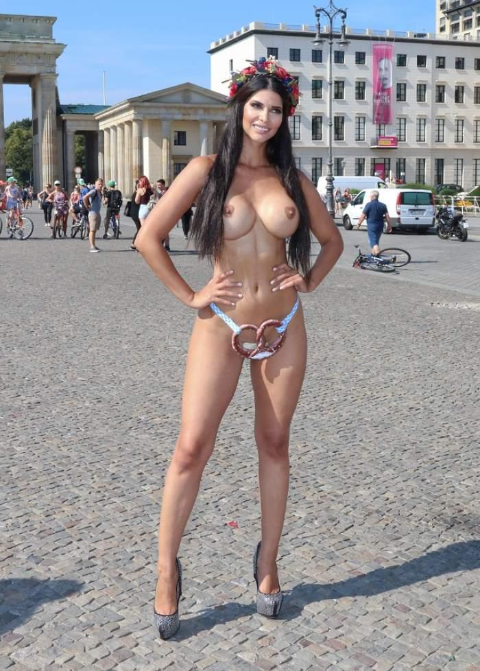 FOTO /  Îmbrăcată pare doar o femeie frumoasă, cu sâni impresionanţi! Stai să vezi ce bunăciune e GOALĂ. Sânii ei au ceva cu totul şi cu totul SPECIAL