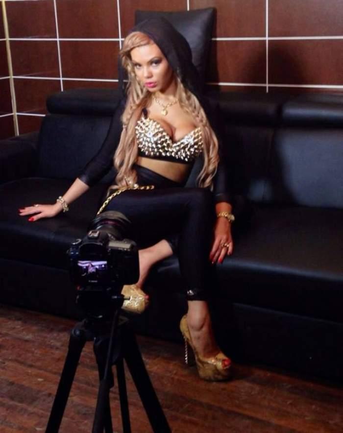 FOTO / Mai sexy de atât nu se poate! Beyonce de România s-a tunat şi şi-a arătat posteriorul bombat în direct, la TV