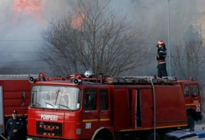 Incendiu puternic în târgul de mașini din Vitan! Două persoane au fost rănite