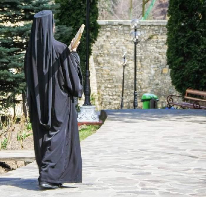 Scandal sexual la mănăstire! Enoriaşă cu probleme psihice, sedusă şi abandonată de un călugăr pervers