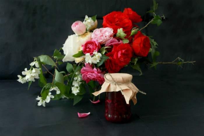 REŢETA ZILEI - DUMINICĂ: Dulceaţă de trandafiri. Doar 4 ingrediente îţi trebuie şi vei retrăi clipe din copilărie la fiecare borcan desfăcut