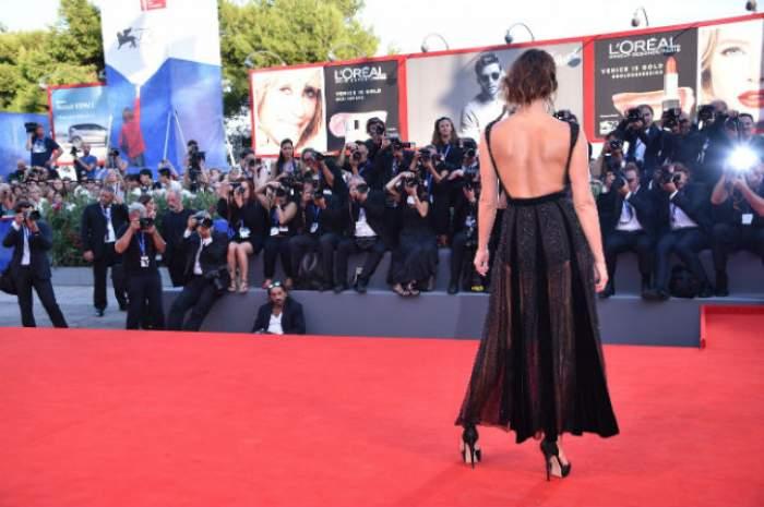 """FOTO / A făcut senzaţie pe covorul roşu!  O fostă """"Bond girl"""", fără sutien şi într-un outfit care te lasă cu gura căscată"""