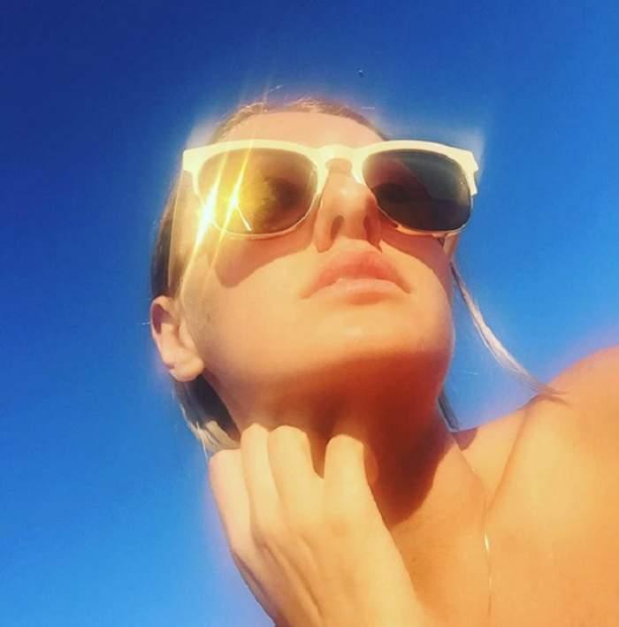 După luni întregi în care a fost pufoasă, Alexandra Stan își ia revanșa! A renunțat la sutien și a rămas numai cu o pereche de bikini