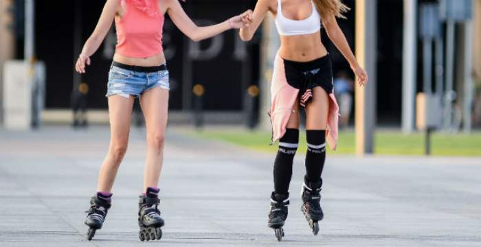 FOTO / Unul dintre îngerii de la Victoria's Secret şi prietena sa i-au înnebunit pe bărbaţi când au ieşit cu rolele! Paparazzii au surprins un moment ruşinos!