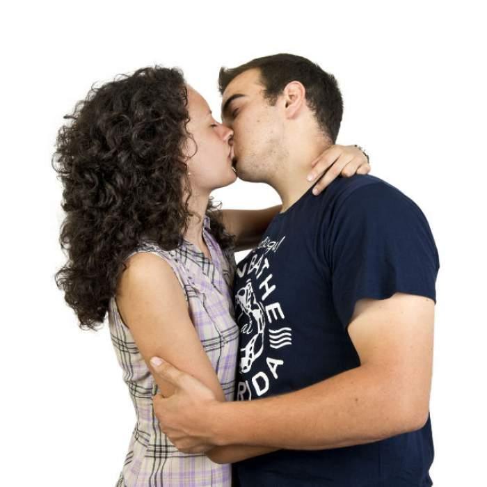 Atracţie fatală! O femeie suferă de o boală foarte rară şi poate muri dacă îşi sărută soţul