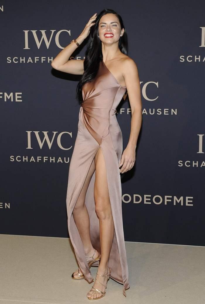 FOTO / A păşit ca o divă la un eveniment monden cu rochia crăpată până sus! Adrianei Lima era să i se vadă tot