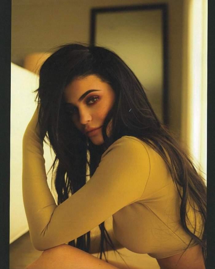 FOTO / Kylie Jenner, fără lenjerie intimă într-o dimineaţă! Aşa sâni să tot vezi pe Internet!