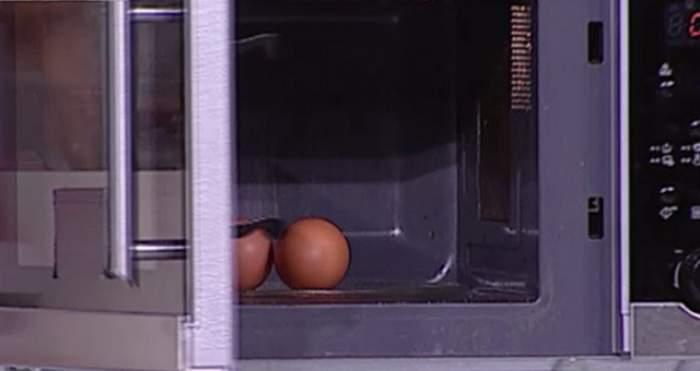 VIDEO / Experiment! Ce se întâmplă dacă pui două ouă crude în cuptorul cu microunde pentru câteva minute