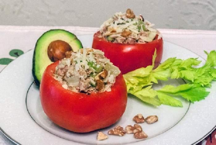 Reţeta zilei: Marţi - Roşii umplute cu ton şi avocado! Mănânci şi scapi de kilogramele acumulate de sărbători