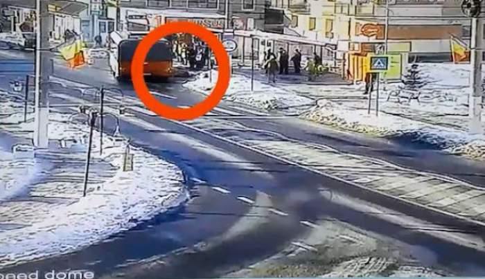 VIDEO / Aştepta liniştită în staţie şi a fost lovită din plin de autobuz! Imaginile au fost suprinse de camerele de supraveghere