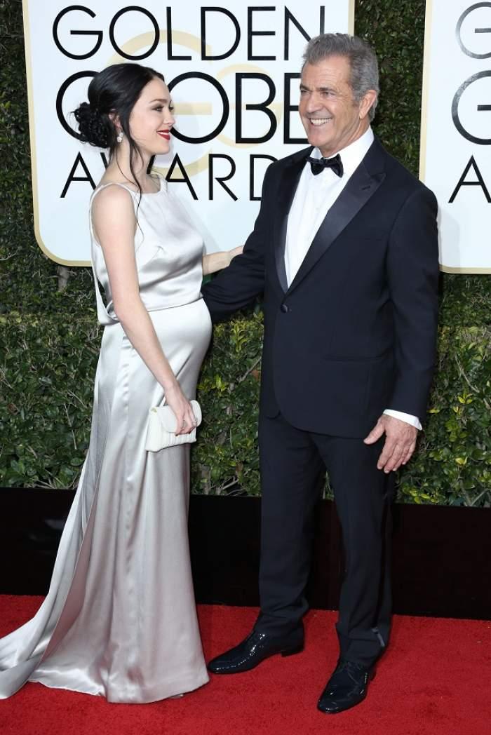 FOTO / Iubita lui Mel Gibson a făcut furori pe covorul roşu, chiar dacă mai are puţin şi naşte! Uite cum a apărut Rosalind Ross la braţul celebrului actor