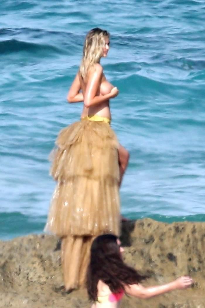 FOTO /  Kate Upton, în bikini minusculi şi fără sutien. Năucitor ce s-a întâmplat la şedinţa foto. A căzut de pe stâncă şi...