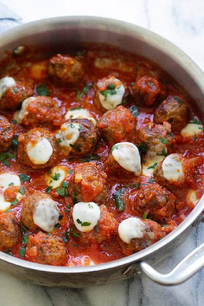 Chiftele cu mozzarella şi sos de roşii