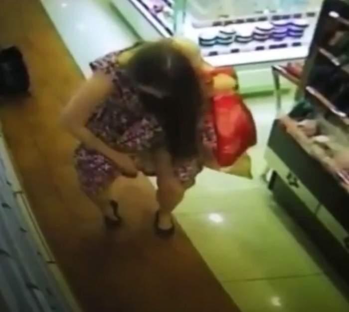 VIDEO / O femeie a luat un parfum de pe raft şi ce a făcut a ajuns viral. Camerele de supraveghere au surprins tot momentul jenant