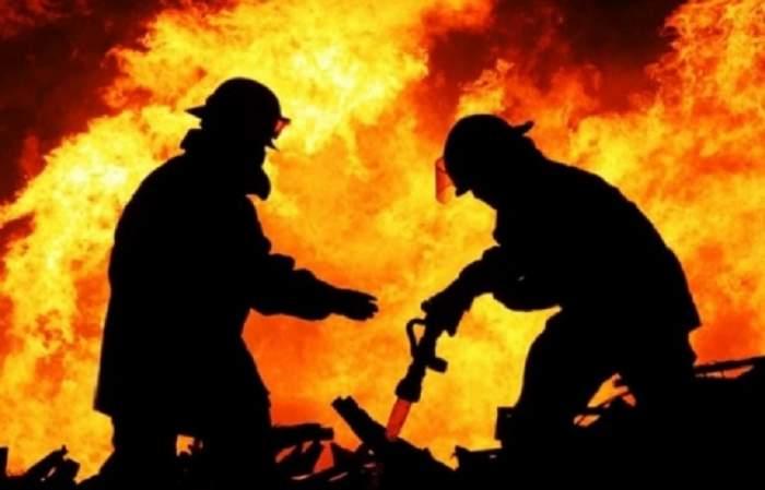 Incendiu puternic! Focul a izbucnit la un depozit de furaje din judeţul Mehedinţi