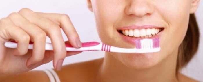Truc simplu! Periați-vă buzele după ce vă spălați dinții. Rezultatul e uimitor
