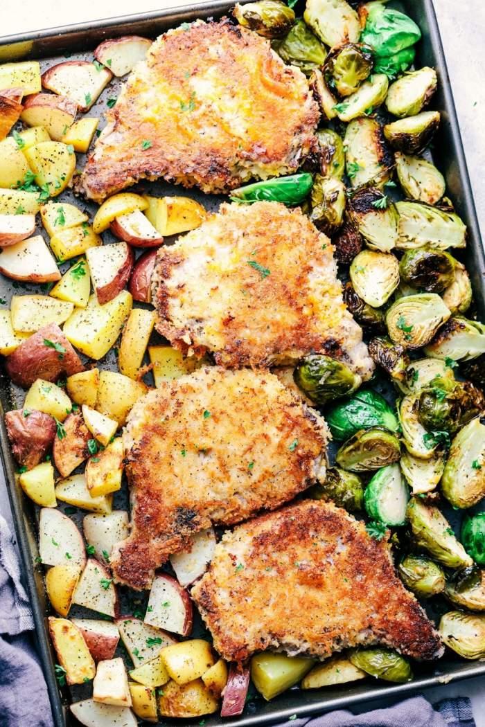 Cotlet de porc în crustă crocantă cu varză de Bruxelles şi cartofi