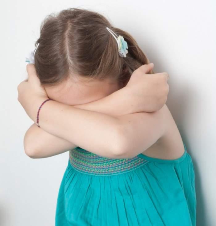 Caz şocant într-o comună din judeţul Buzău! Fetiţă de 4 ani, violată de un văr cu 7 ani mai mare