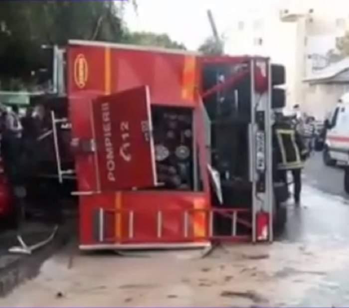 FOTO / O maşină de pompieri s-a răsturnat peste două autoturisme în Argeş! În autospecială erau 4 persoane