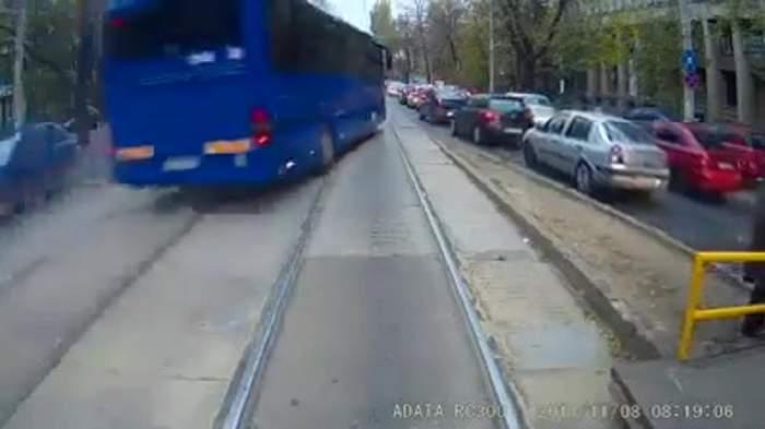 Imagini ȘOCANTE! Un autocar a evitat, la milimetru, un tramvai și o TRAGEDIE