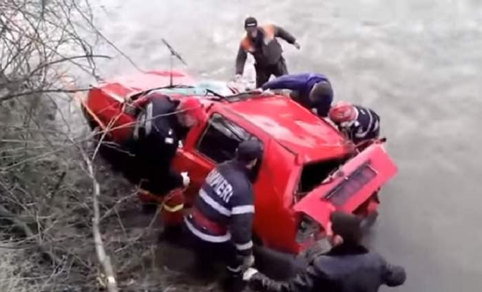 ULTIMĂ ORĂ! Intervenţie de URGENŢĂ a pompierilor! O maşină s-a răsturnat într-un canal! Victima  este resuscitată