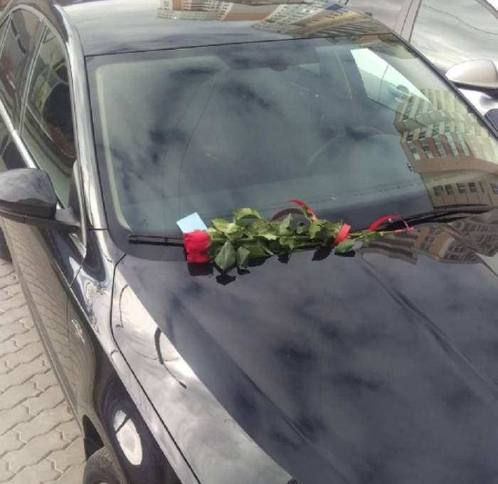 FOTO / O şoferiţă din Moldova a găsit pe maşină un buchet de flori şi un bilet. Când l-a citit a încremenit