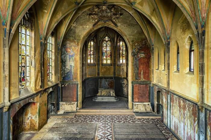 Te-ai întrebat vreodată de ce nu au voie femeile în Sfântul Altar?  Iată explicaţiile preoţilor