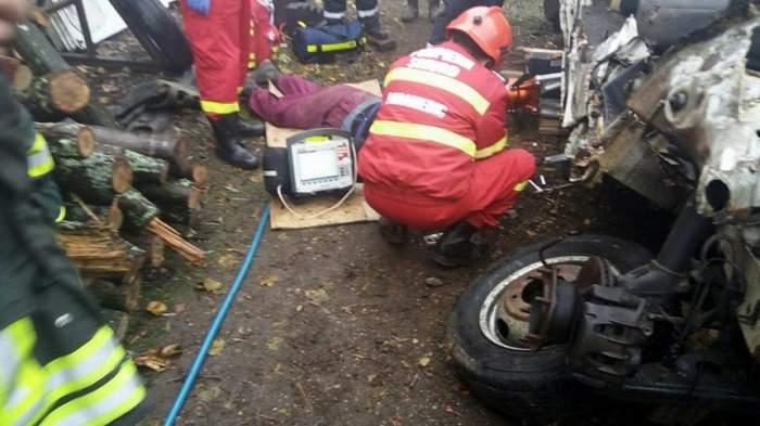 FOTO / Caz ŞOCANT! Un bărbat a murit strivit de microbuzul pe care îl repara