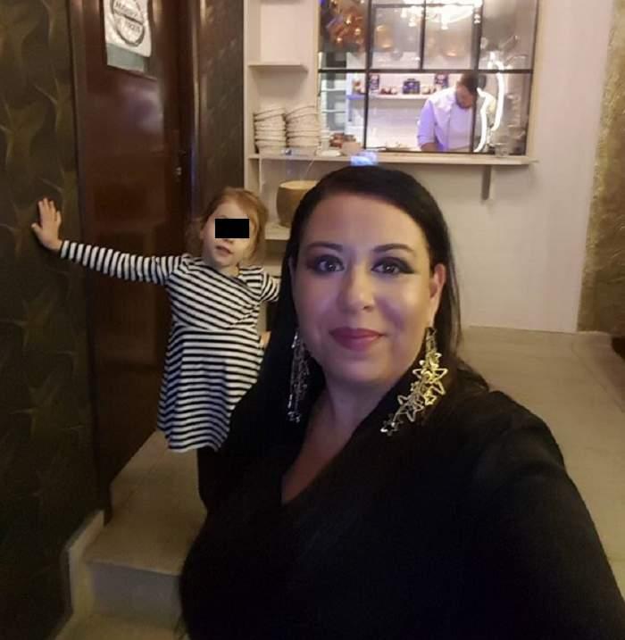 FOTO / Oana Roman, de nerecunoscut! Așa sigur nu ai văzut-o niciodată: pe tocuri, într-o rochie roșie și cu ochelari de vedere