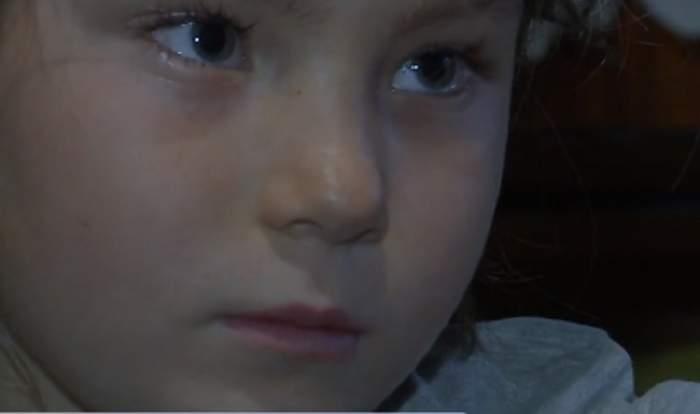VIDEO / O fetiţă este mamă la 8 ani! Este îngerul fraților părăsiţi de femeia care le-a dat viaţă