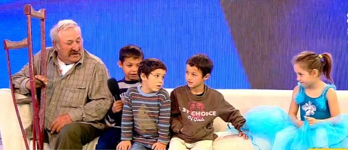 """VIDEO / Fără un picior, un bărbat a rămas singur cu 6 copii. Este și tată și mamă pentru frățiorii din beznă: """"Nu am mâncat de trei zile"""""""