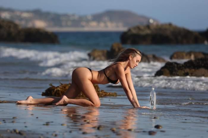 FOTO / Imagini fierbinţi pe plajă. S-a pus în patru labe şi s-a lăsat pozată în cele mai mici detalii