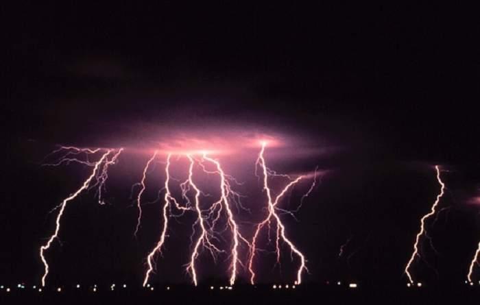 Fenomene extreme în această noapte în mai multe județe din țară! Meteorologii au făcut anunțul