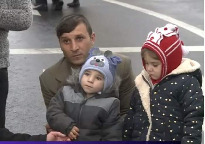 Băieţelul salvat din puț după 11 ore a participat la defilarea de Ziua Naţională! S-a întâlnit cu salvatorul lui
