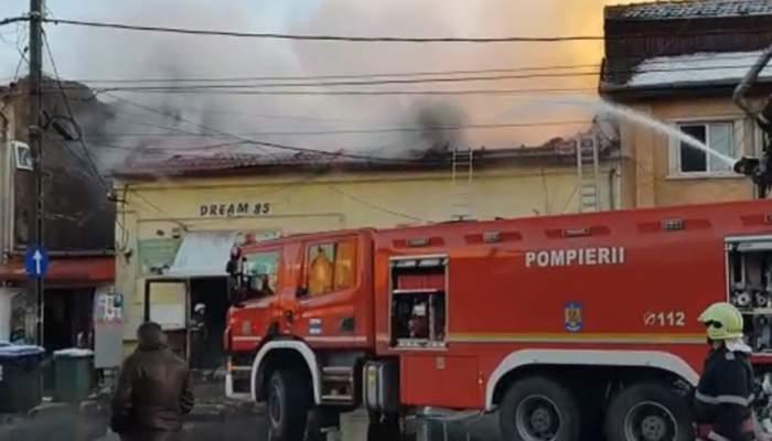 Incendiu de proporţii într-o zonă de magazine din din Timişoara! O persoană a fost găsită carbonizată