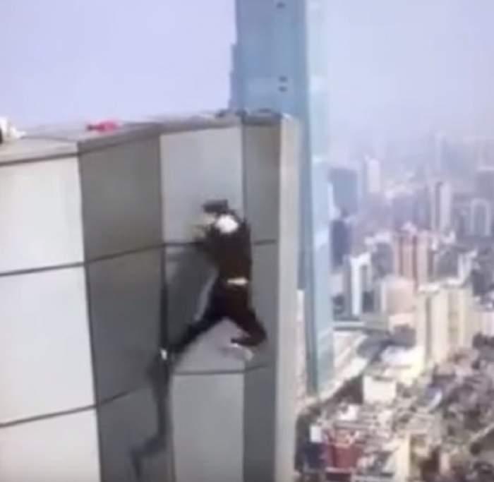 VIDEO / Imaginile care îți îngheață sângele în vene: un cascador a căzut de la etajul 62 al unei clădiri