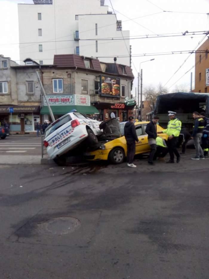 Maşină de poliţie făcută praf de un taxi! Imagini incredibile, de la locul accidentului