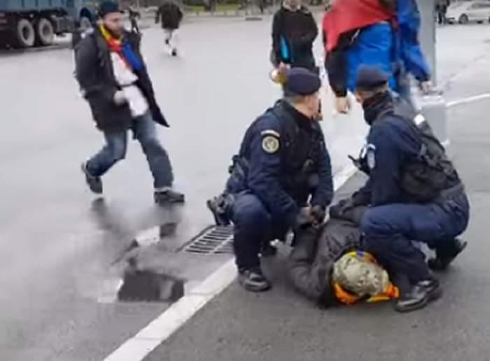 VIDEO / Scene ŞOCANTE în Piaţa Victoriei! A înjurat un protestatar şi s-a ales cu ochiul spart
